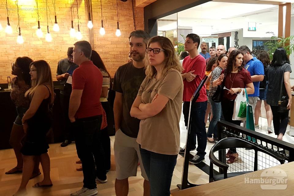 Fila para fazer o pedido - Jerônimo, o fast-food da rede Madero
