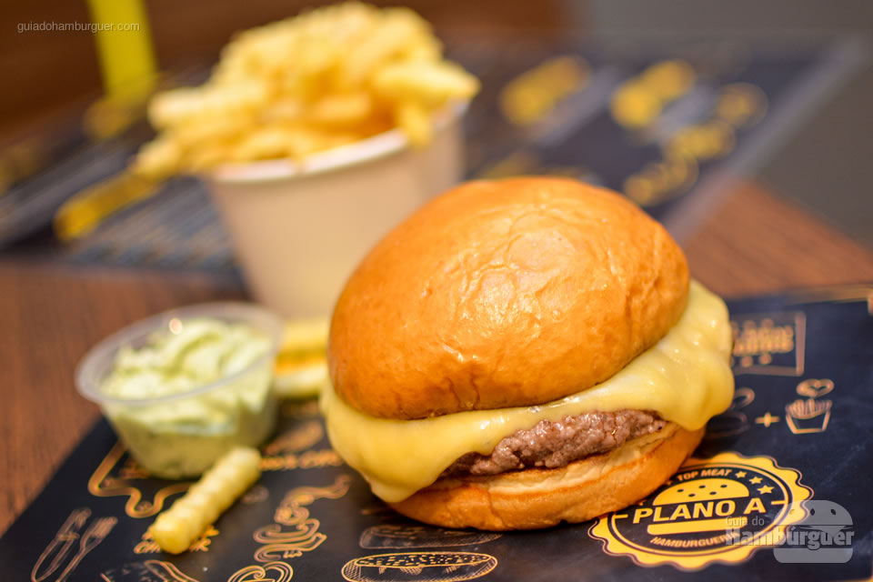 Cheeseburger com fritas - Plano A Hamburgueria