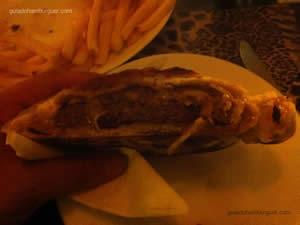 Hambúrguer de picanha assado no forno à lenha, ementhal e cebola marinada ao shoyo - Safari em Campos do Jordão