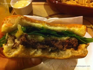 Hambúrguer de fraldinha, mussarela de búfala e rúcula - Santo Hambúrguer