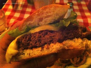 Manhattan: PJ`s Special Burger, mussarela de búfala e berinjela alla Siciliana acompanhado de onion strips - P.J. Clarke's