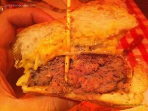 Pepper Crust (hambúrguer de 220g grelhado com crosta de pimenta do reino, queijo suíço, cebola grelhada, batata palha, picles e honey dijon mayo – maionese mostarda e mel) - St. Louis