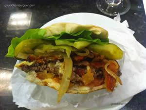 Cheese Burdog (hambúrguer de picanha, alface, tomate, maionese Burdog, bacon, pepino, cebola frita e maionese à parte) - Burdog
