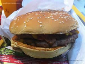 Mc Angus Bacon: 2 hambúrgueres de 100g de carne bovina de Angus, cheddar, temperos, cebola roxa, picles, bacon, mostarda e ketchup - Mc Donald`s