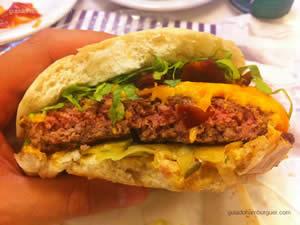 Pic Americano com hambúrguer de picanha de 220g, molho especial, pedacinhos de cebola, fatias de picles, cobertos com queijo cheddar, bacon crocante, alface juliana - The Fifties